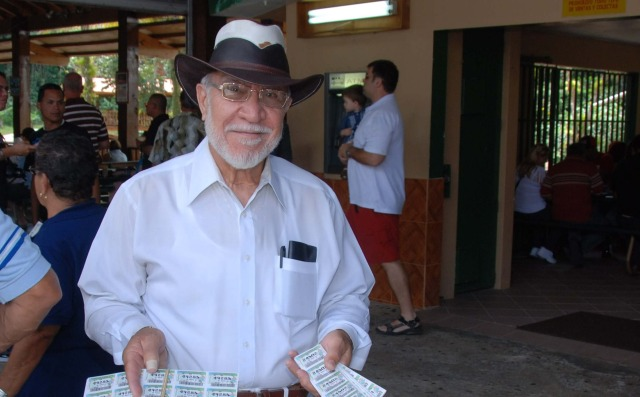 Señor vendiendo billetes de lotería. [Visages portoricains, Puerto Rico; 27 nov 2002 - 13 déc 2012. Photographie par Claude DUPRAS]